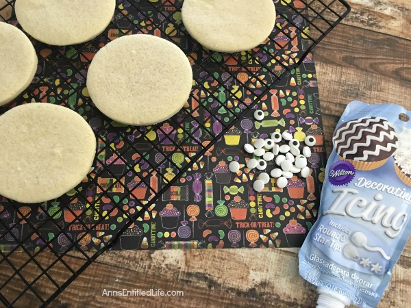 Mummy Cookies Recipe. These adorable Mummy Cookies are a spooktacular Halloween treat! Great for Halloween parties, lunch boxes, dessert or an afternoon treat, your entire family will enjoy these tasty cookies!