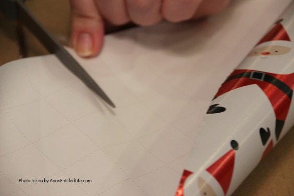 How to Make Christmas Crackers. You can easily make a home version of the popular United Kingdom Christmas Crackers with this step by step tutorial. Great for table favors, decor, and party fun, these Christmas Crackers will delight children and adults at your holiday dinner or party.